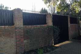 Double swing gate with privacy sheeting